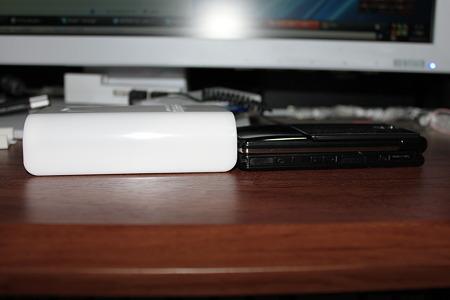 N-TGN01AS 充電器 & 携帯(F906i) 厚さ比較