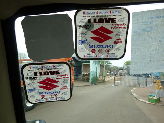 ザンビアのバスに貼ってあるステッカーが…