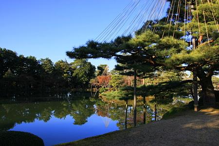 松の雪つりと霞が池 水鏡!