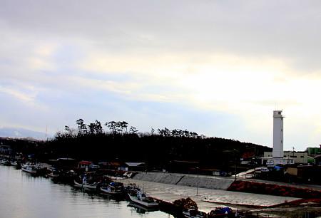 大野灯台と漁船の並ぶ大野川