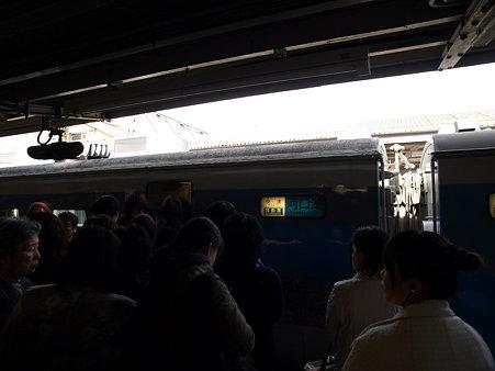 大勢の乗客(大月駅)