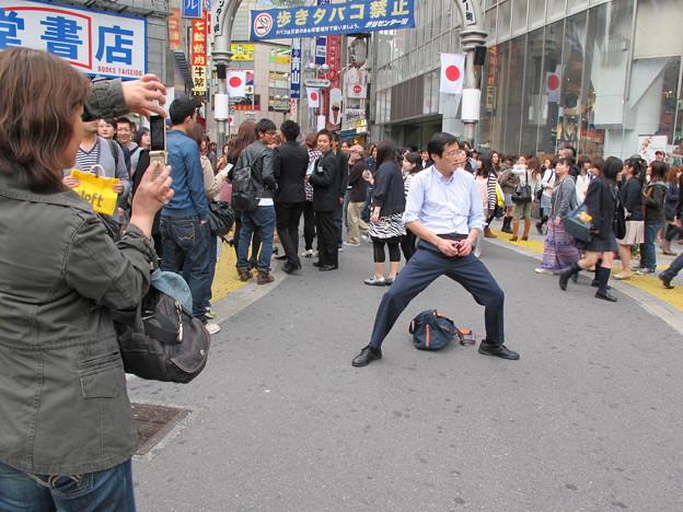 写真: 1渋谷センター街 開脚おじさん02