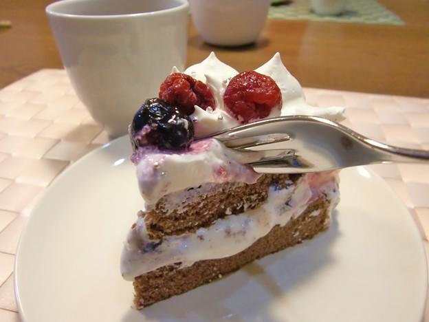 Photos: 年越しケーキを急遽作ってしまいました♪冷凍のベリー2種。ココア生地です。