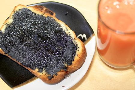 黒ゴマペーストのトースト