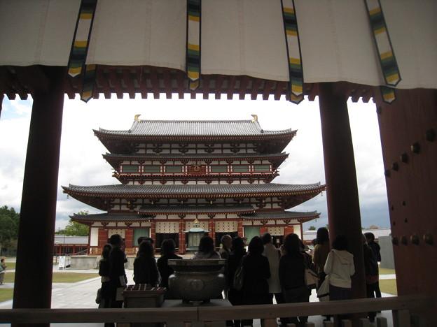 写真: 薬師寺・金堂と見学者たち
