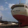 写真: 打上げられた漁船