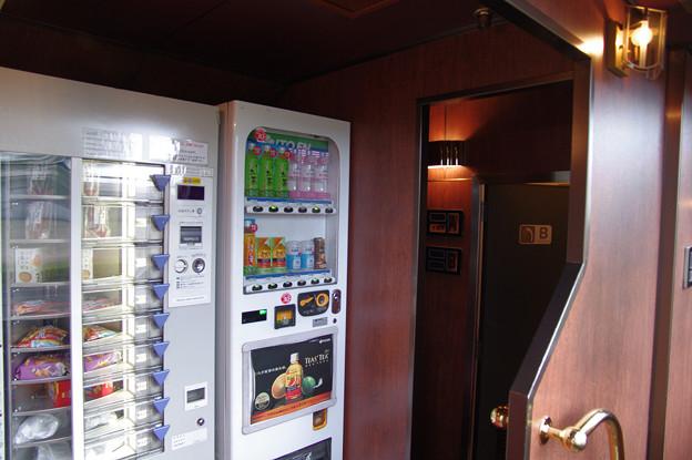 s7377_トワイライトエクスプレス_ロビーカーの自動販売機・シャワー室
