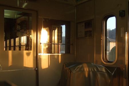 車内に映りこむ夕日
