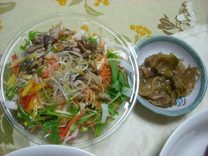 成城石井のキノコのサラダ(左)