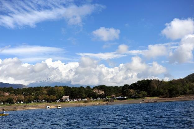 写真: 本栖湖上より富士山方面、雲多し・・・