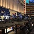 写真: 新宿のビックカメラ前のイルミネーション