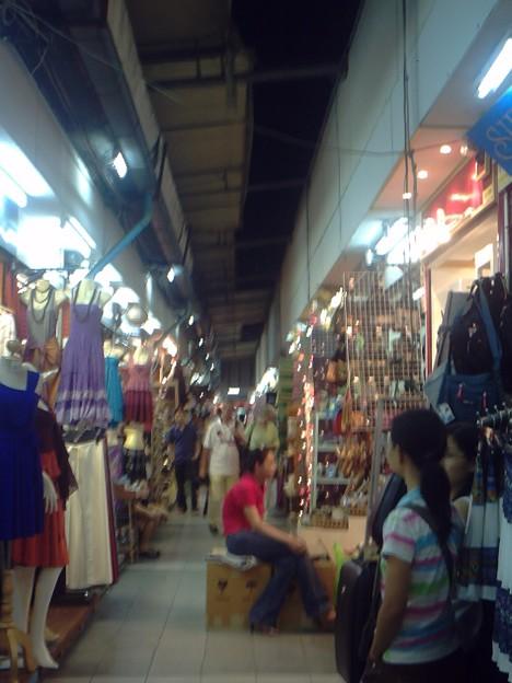 バンコク|ナイトバザール 迷路のように軒を連ねる店、店