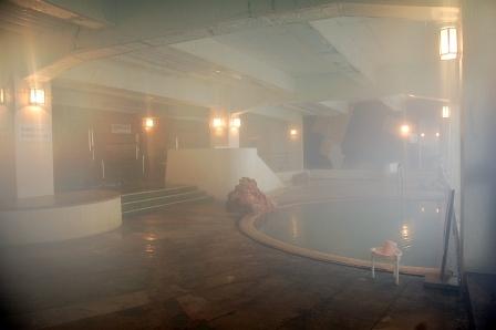 浴室に入ると、半月の湯船はじめ、こんな風景