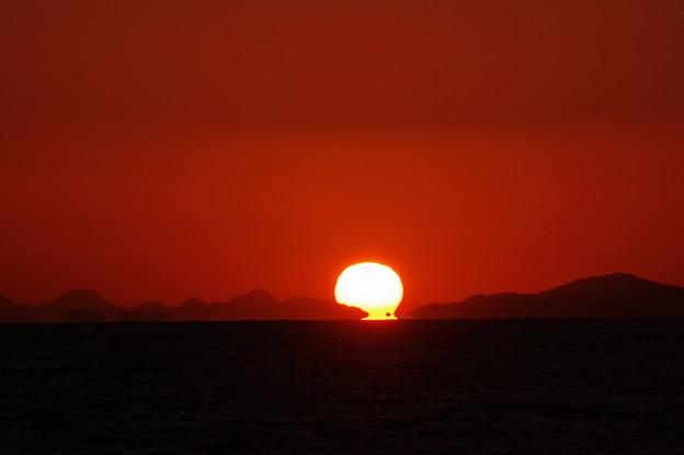 蜃気楼が作り出すダルマ夕陽