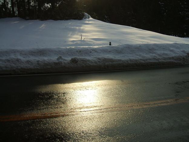 福島県道64号の冬 - 明ル坂 - 路面に映る光