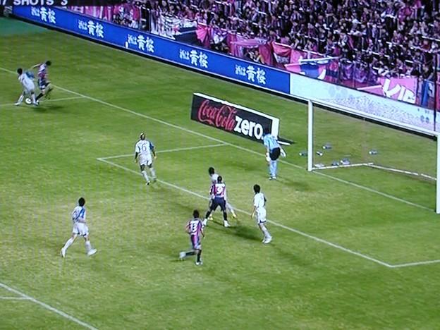 試合見て思いだした。ゴール横のこういう看板、実は地面に書いてあるんですよねー。TV見てる人にだけ立て看板に見えるってゆう錯視を利用した看板 #football