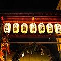 写真: 鳥居に満月