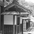 Photos: モノクロ 昔のお屋敷の入り口・・20120630