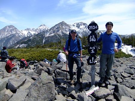 ギボシと権現岳を背景に記念撮影