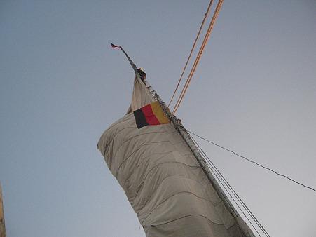 フルーカのマストに登る子供